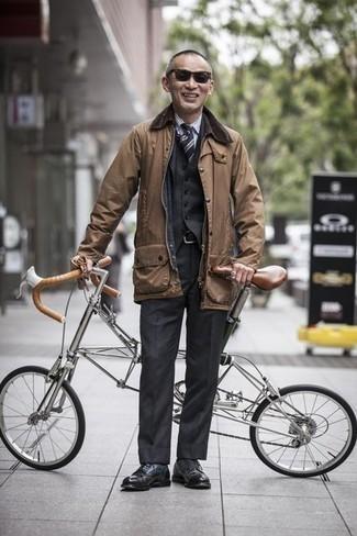 Beige Jacke mit einer Kentkragen und Knöpfen kombinieren: trends 2020: Vereinigen Sie eine beige Jacke mit einer Kentkragen und Knöpfen mit einem dunkelgrauen Dreiteiler, um vor Klasse und Perfektion zu strotzen. Schwarze Leder Derby Schuhe sind eine ideale Wahl, um dieses Outfit zu vervollständigen.