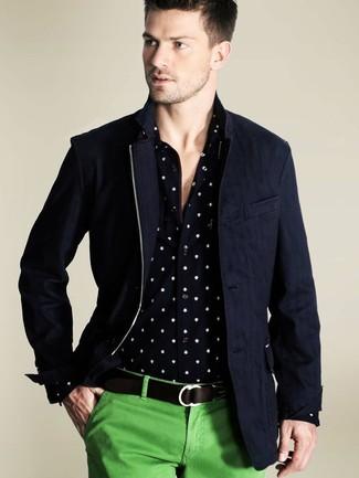 Dunkelblaue Jacke mit einer Kentkragen und Knöpfen kombinieren – 51 Herren Outfits: Kombinieren Sie eine dunkelblaue Jacke mit einer Kentkragen und Knöpfen mit einer grünen Chinohose, um einen lockeren, aber dennoch stylischen Look zu erhalten.