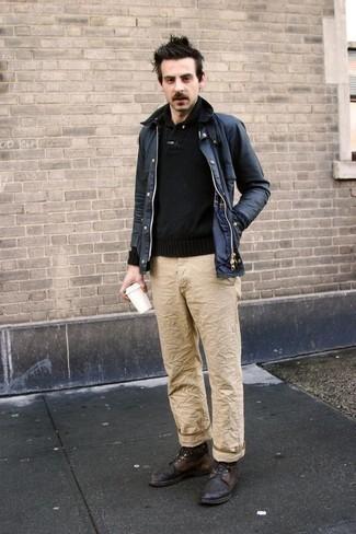 dunkelblaue Jacke mit einer Kentkragen und Knöpfen, schwarzer Pullover mit einem Schalkragen, beige Chinohose, dunkelbraune Lederfreizeitstiefel für Herren