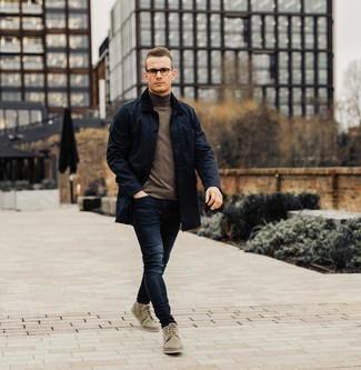 Dunkelblaue Jacke mit einer Kentkragen und Knöpfen kombinieren: trends 2020: Entscheiden Sie sich für eine dunkelblaue Jacke mit einer Kentkragen und Knöpfen und dunkelblauen Jeans für ein sonntägliches Mittagessen mit Freunden. Komplettieren Sie Ihr Outfit mit olivgrünen Chukka-Stiefeln aus Wildleder.