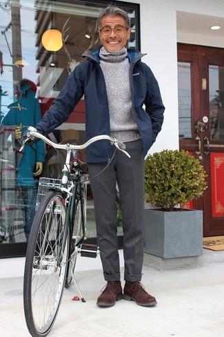 Wie kombinieren: dunkelblaue Jacke mit einer Kentkragen und Knöpfen, grauer Wollrollkragenpullover, dunkelgraue Wollanzughose, dunkelbraune Chukka-Stiefel aus Wildleder