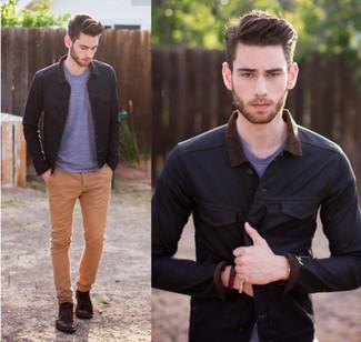 Dunkelblaue Jacke mit einer Kentkragen und Knöpfen kombinieren – 51 Herren Outfits: Erwägen Sie das Tragen von einer dunkelblauen Jacke mit einer Kentkragen und Knöpfen und einer beige Chinohose, um einen lockeren, aber dennoch stylischen Look zu erhalten. Braune Chukka-Stiefel aus Leder sind eine kluge Wahl, um dieses Outfit zu vervollständigen.