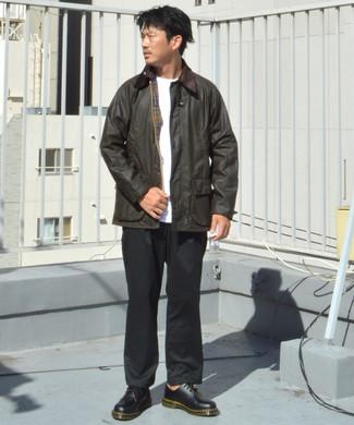 dunkelbraune Jacke mit einer Kentkragen und Knöpfen, weißes T-Shirt mit einem Rundhalsausschnitt, schwarze Chinohose, schwarze Leder Derby Schuhe für Herren
