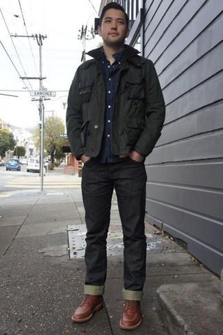 Herren Outfits 2020: Erwägen Sie das Tragen von einer dunkelgrünen Jacke mit einer Kentkragen und Knöpfen und schwarzen Jeans, um mühelos alles zu meistern, was auch immer der Tag bringen mag. Fühlen Sie sich mutig? Wählen Sie eine rotbraune Lederfreizeitstiefel.
