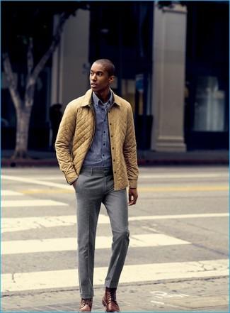 Wie kombinieren: gelbe gesteppte Jacke mit einer Kentkragen und Knöpfen, blaues Langarmhemd mit Vichy-Muster, graue Anzughose, braune Lederformelle stiefel
