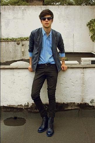 Wie kombinieren: dunkelblaue Jacke mit einer Kentkragen und Knöpfen, hellblaues Jeanshemd, schwarze Chinohose, dunkelblaue Lederfreizeitstiefel