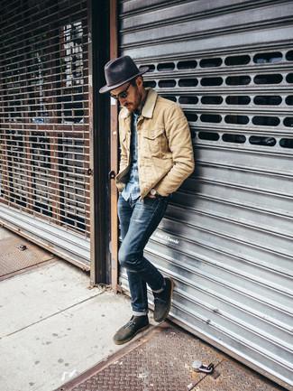 Hellbeige Jacke mit einer Kentkragen und Knöpfen kombinieren – 32 Herren Outfits: Die Paarung aus einer hellbeige Jacke mit einer Kentkragen und Knöpfen und dunkelblauen engen Jeans ist eine komfortable Wahl, um Besorgungen in der Stadt zu erledigen. Wählen Sie olivgrünen Chukka-Stiefel aus Wildleder, um Ihr Modebewusstsein zu zeigen.