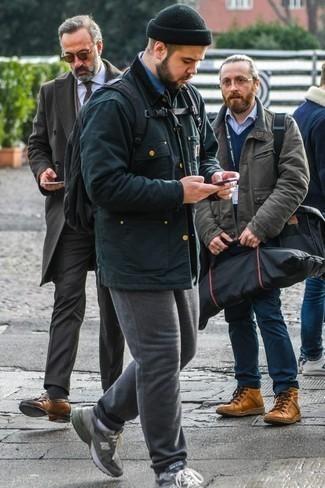 Dunkelblauen Segeltuch Rucksack kombinieren: trends 2020: Eine dunkelgrüne Jacke mit einer Kentkragen und Knöpfen und ein dunkelblauer Segeltuch Rucksack sind eine gute Outfit-Formel für Ihre Sammlung. Graue Sportschuhe sind eine kluge Wahl, um dieses Outfit zu vervollständigen.