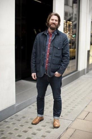 Dunkelblaue Jacke mit einer Kentkragen und Knöpfen kombinieren – 23 Herren Outfits kühl Wetter: Kombinieren Sie eine dunkelblaue Jacke mit einer Kentkragen und Knöpfen mit dunkelblauen Jeans für ein sonntägliches Mittagessen mit Freunden. Wählen Sie eine beige Lederfreizeitstiefel, um Ihr Modebewusstsein zu zeigen.