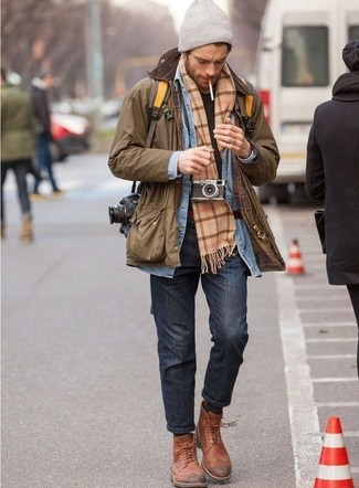Wie kombinieren: braune Jacke mit einer Kentkragen und Knöpfen, hellblaues Jeanshemd, schwarzes T-Shirt mit einem Rundhalsausschnitt, dunkelgraue Jeans
