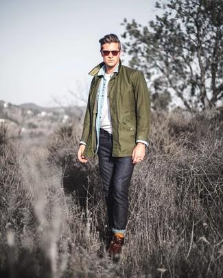 Wie kombinieren: olivgrüne Jacke mit einer Kentkragen und Knöpfen, hellblaues Jeanshemd, weißes T-Shirt mit einem Rundhalsausschnitt, schwarze Jeans