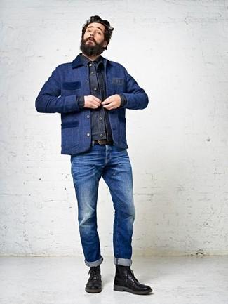 Dunkelblaue Jacke mit einer Kentkragen und Knöpfen kombinieren – 51 Herren Outfits: Kombinieren Sie eine dunkelblaue Jacke mit einer Kentkragen und Knöpfen mit blauen Jeans, um mühelos alles zu meistern, was auch immer der Tag bringen mag. Fühlen Sie sich mutig? Vervollständigen Sie Ihr Outfit mit schwarzen Brogue Stiefeln aus Leder.
