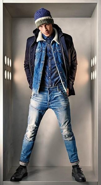 Wie kombinieren: dunkelblaue Jacke mit einer Kentkragen und Knöpfen, blaue Jeansjacke, dunkelblaues Langarmhemd mit Schottenmuster, blaue Jeans
