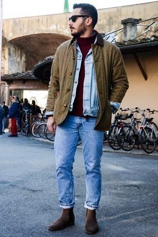 Dunkelroten Pullover kombinieren: trends 2020: Die Kombination von einem dunkelroten Pullover und hellblauen Jeans erlaubt es Ihnen, Ihren Freizeitstil klar und einfach zu halten. Putzen Sie Ihr Outfit mit dunkelbraunen Chelsea-Stiefeln aus Wildleder.