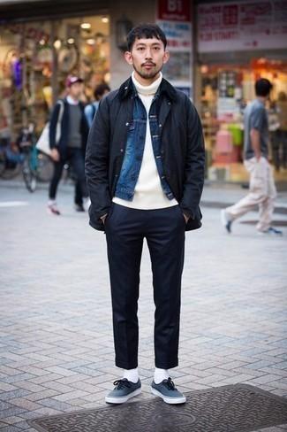 20 Jährige: Dunkelblaue Jacke mit einer Kentkragen und Knöpfen kombinieren – 13 Herren Outfits: Kombinieren Sie eine dunkelblaue Jacke mit einer Kentkragen und Knöpfen mit einer dunkelblauen Chinohose für ein Alltagsoutfit, das Charakter und Persönlichkeit ausstrahlt. Fühlen Sie sich ideenreich? Wählen Sie dunkelblauen Segeltuch niedrige Sneakers.