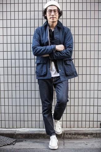 Dunkelblaue Jacke mit einer Kentkragen und Knöpfen kombinieren – 15 Casual Herren Outfits: Kombinieren Sie eine dunkelblaue Jacke mit einer Kentkragen und Knöpfen mit dunkelblauen Jeans, um mühelos alles zu meistern, was auch immer der Tag bringen mag. Weiße Segeltuch niedrige Sneakers sind eine perfekte Wahl, um dieses Outfit zu vervollständigen.