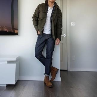 Braune Wildlederfreizeitstiefel kombinieren – 452 Herren Outfits: Kombinieren Sie eine olivgrüne Jacke mit einer Kentkragen und Knöpfen mit dunkelblauen Jeans für ein Alltagsoutfit, das Charakter und Persönlichkeit ausstrahlt. Entscheiden Sie sich für eine braune Wildlederfreizeitstiefel, um Ihr Modebewusstsein zu zeigen.