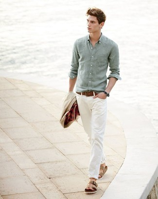 Hellbeige Jacke mit einer Kentkragen und Knöpfen kombinieren – 32 Herren Outfits: Kombinieren Sie eine hellbeige Jacke mit einer Kentkragen und Knöpfen mit einer hellbeige Chinohose, um einen lockeren, aber dennoch stylischen Look zu erhalten. Wenn Sie nicht durch und durch formal auftreten möchten, komplettieren Sie Ihr Outfit mit beige Ledersandalen.