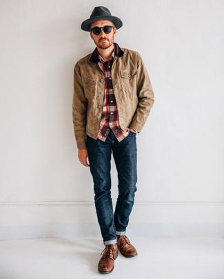 Wie kombinieren: beige Jacke mit einer Kentkragen und Knöpfen, weißes und rotes und dunkelblaues Langarmhemd mit Schottenmuster, dunkelblaue Jeans, braune Lederfreizeitstiefel