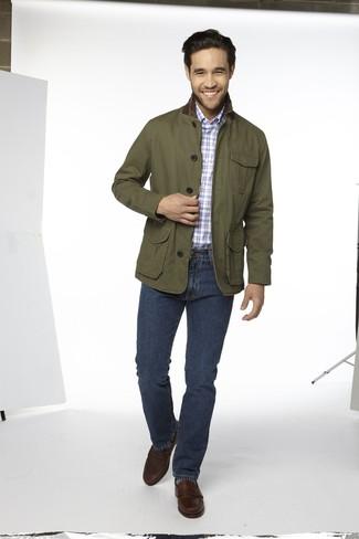 Wie kombinieren: olivgrüne Jacke mit einer Kentkragen und Knöpfen, hellblaues Langarmhemd mit Schottenmuster, dunkelblaue Jeans, dunkelbraune Leder Slipper