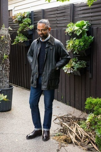 Dunkelgraue Jacke mit einer Kentkragen und Knöpfen kombinieren – 15 Herren Outfits: Entscheiden Sie sich für eine dunkelgraue Jacke mit einer Kentkragen und Knöpfen und dunkelblauen Jeans, um mühelos alles zu meistern, was auch immer der Tag bringen mag. Dunkelrote Chelsea Boots aus Leder bringen klassische Ästhetik zum Ensemble.
