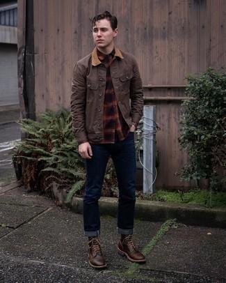 Mehrfarbiges Flanell Langarmhemd kombinieren – 33 Herren Outfits: Tragen Sie ein mehrfarbiges Flanell Langarmhemd und dunkelblauen Jeans, um einen lockeren, aber dennoch stylischen Look zu erhalten. Komplettieren Sie Ihr Outfit mit einer dunkelbraunen Lederfreizeitstiefeln, um Ihr Modebewusstsein zu zeigen.