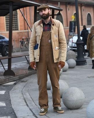 Beige Jacke mit einer Kentkragen und Knöpfen kombinieren: trends 2020: Entscheiden Sie sich für eine beige Jacke mit einer Kentkragen und Knöpfen und eine braune Latzhose für ein großartiges Wochenend-Outfit. Dunkelgrüne Segeltuch niedrige Sneakers sind eine großartige Wahl, um dieses Outfit zu vervollständigen.