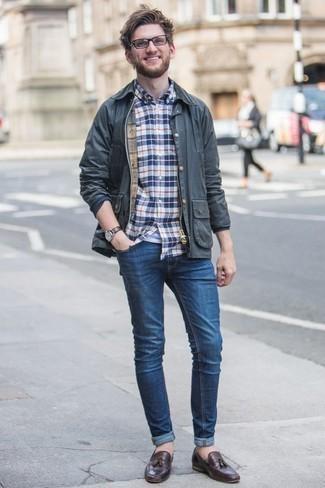 Dunkelblaue Jacke mit einer Kentkragen und Knöpfen kombinieren – 51 Herren Outfits: Erwägen Sie das Tragen von einer dunkelblauen Jacke mit einer Kentkragen und Knöpfen und blauen Jeans, um einen lockeren, aber dennoch stylischen Look zu erhalten. Schalten Sie Ihren Kleidungsbestienmodus an und machen dunkelbraunen Leder Slipper mit Quasten zu Ihrer Schuhwerkwahl.