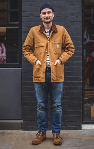 Beige Jacke mit einer Kentkragen und Knöpfen kombinieren: trends 2020: Kombinieren Sie eine beige Jacke mit einer Kentkragen und Knöpfen mit blauen Jeans für ein sonntägliches Mittagessen mit Freunden. Eine braune Wildlederfreizeitstiefel putzen umgehend selbst den bequemsten Look heraus.