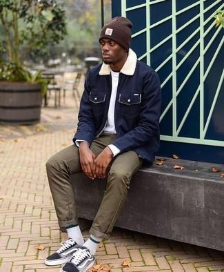 Dunkelblaue Jacke mit einer Kentkragen und Knöpfen kombinieren: trends 2020: Tragen Sie eine dunkelblaue Jacke mit einer Kentkragen und Knöpfen und eine olivgrüne Chinohose für ein großartiges Wochenend-Outfit. Wählen Sie die legere Option mit schwarzen Segeltuch niedrigen Sneakers.