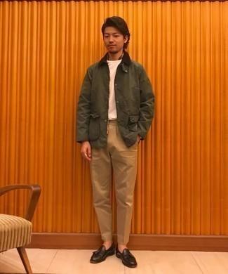 20 Jährige: Dunkelbraune Leder Slipper mit Quasten kombinieren – 51 Herren Outfits: Kombinieren Sie eine olivgrüne Jacke mit einer Kentkragen und Knöpfen mit einer beige Chinohose, um mühelos alles zu meistern, was auch immer der Tag bringen mag. Wählen Sie dunkelbraunen Leder Slipper mit Quasten, um Ihr Modebewusstsein zu zeigen.