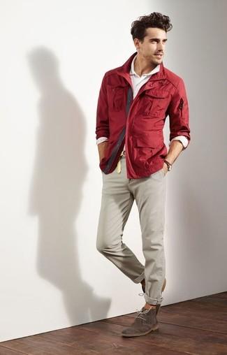 Wie kombinieren: dunkelrote Jacke mit einer Kentkragen und Knöpfen, weißes Polohemd, hellbeige Chinohose, dunkelbraune Chukka-Stiefel aus Wildleder