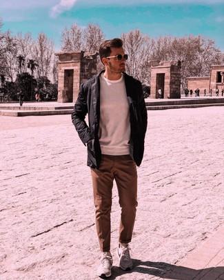 Wie kombinieren: schwarze Jacke mit einer Kentkragen und Knöpfen, weißer Pullover mit einem Rundhalsausschnitt, braune Anzughose, graue Sportschuhe
