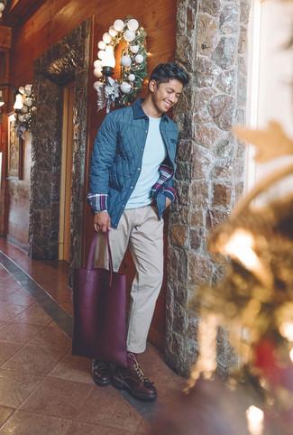 Wie kombinieren: dunkelblaue gesteppte Jacke mit einer Kentkragen und Knöpfen, grauer Pullover mit einem Rundhalsausschnitt, hellbeige Chinohose, dunkelrote Leder Derby Schuhe