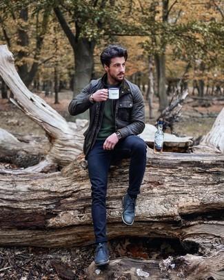 Dunkelgraue Jacke mit einer Kentkragen und Knöpfen kombinieren – 15 Herren Outfits: Kombinieren Sie eine dunkelgraue Jacke mit einer Kentkragen und Knöpfen mit dunkelblauen engen Jeans für einen bequemen Alltags-Look. Wählen Sie dunkelblauen Chukka-Stiefel aus Leder, um Ihr Modebewusstsein zu zeigen.