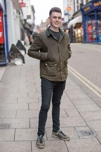 Graue Wildleder niedrige Sneakers kombinieren: trends 2020: Erwägen Sie das Tragen von einer olivgrünen Jacke mit einer Kentkragen und Knöpfen und dunkelgrauen Jeans, um einen lockeren, aber dennoch stylischen Look zu erhalten. Graue Wildleder niedrige Sneakers sind eine großartige Wahl, um dieses Outfit zu vervollständigen.