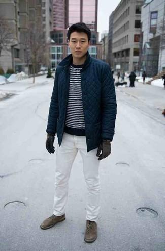 Dunkelblaue Jacke mit einer Kentkragen und Knöpfen kombinieren – 51 Herren Outfits: Tragen Sie eine dunkelblaue Jacke mit einer Kentkragen und Knöpfen und weißen Jeans für ein bequemes Outfit, das außerdem gut zusammen passt. Vervollständigen Sie Ihr Look mit braunen Chukka-Stiefeln aus Wildleder.