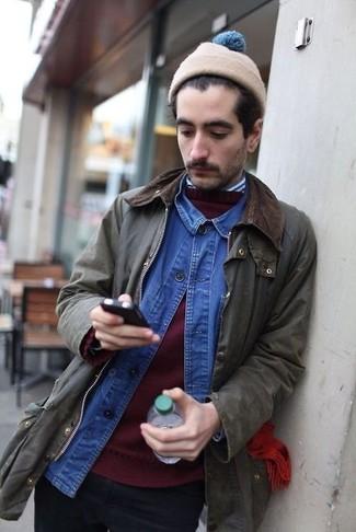 Wie kombinieren: olivgrüne Jacke mit einer Kentkragen und Knöpfen, dunkelroter Pullover mit einem Rundhalsausschnitt, blaues Jeanshemd, weißes und dunkelblaues vertikal gestreiftes Langarmhemd