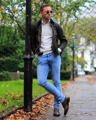 Wie kombinieren: dunkelbraune Jacke mit einer Kentkragen und Knöpfen, hellbeige Pullover mit einem Rundhalsausschnitt, weißes Langarmhemd, hellblaue enge Jeans