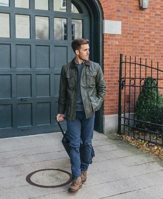 Wie kombinieren: olivgrüne Jacke mit einer Kentkragen und Knöpfen, dunkelblauer Pullover mit einem Rundhalsausschnitt, blaues Langarmhemd mit Schottenmuster, dunkelblaue Chinohose