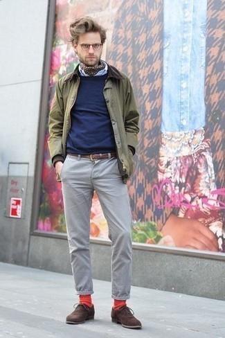 Rote Socken kombinieren: trends 2020: Eine olivgrüne Jacke mit einer Kentkragen und Knöpfen und rote Socken sind eine kluge Outfit-Formel für Ihre Sammlung. Dunkelbraune Wildleder Oxford Schuhe bringen klassische Ästhetik zum Ensemble.