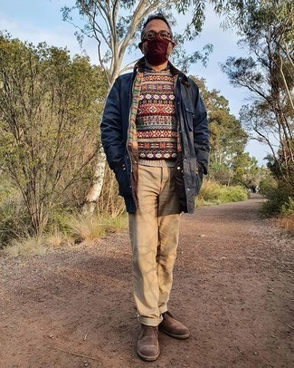 Dunkelblaue Jacke mit einer Kentkragen und Knöpfen kombinieren – 23 Herren Outfits kühl Wetter: Kombinieren Sie eine dunkelblaue Jacke mit einer Kentkragen und Knöpfen mit einer beige Chinohose für ein Alltagsoutfit, das Charakter und Persönlichkeit ausstrahlt. Komplettieren Sie Ihr Outfit mit braunen Chukka-Stiefeln aus Wildleder.