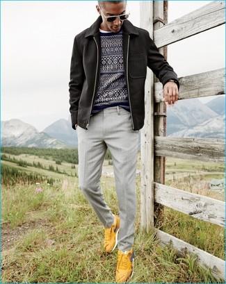 Wie kombinieren: schwarze Jacke mit einer Kentkragen und Knöpfen, dunkelblauer Pullover mit einem Rundhalsausschnitt mit Fair Isle-Muster, weißes T-Shirt mit einem Rundhalsausschnitt, graue Anzughose