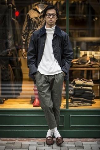 20 Jährige: Dunkelblaue Jacke mit einer Kentkragen und Knöpfen kombinieren – 13 Herren Outfits: Kombinieren Sie eine dunkelblaue Jacke mit einer Kentkragen und Knöpfen mit einer dunkelgrünen Chinohose, um mühelos alles zu meistern, was auch immer der Tag bringen mag. Fühlen Sie sich ideenreich? Vervollständigen Sie Ihr Outfit mit dunkelbraunen Leder Slippern.