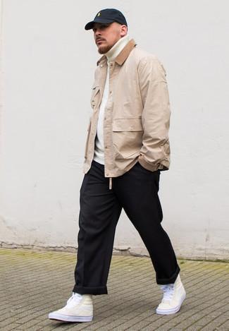 Hellbeige Jacke mit einer Kentkragen und Knöpfen kombinieren – 32 Herren Outfits: Paaren Sie eine hellbeige Jacke mit einer Kentkragen und Knöpfen mit einer schwarzen Chinohose für ein sonntägliches Mittagessen mit Freunden. Machen Sie diese Aufmachung leger mit hellbeige hohen Sneakers aus Segeltuch.