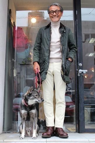 Hellbeige Rollkragenpullover kombinieren – 192 Herren Outfits: Tragen Sie einen hellbeige Rollkragenpullover und eine weiße Chinohose für ein großartiges Wochenend-Outfit. Dunkelrote Chukka-Stiefel aus Leder fügen sich nahtlos in einer Vielzahl von Outfits ein.