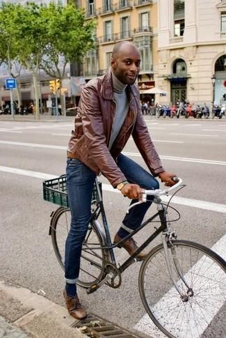Wie kombinieren: braune Lederjacke mit einer kentkragen und knöpfen, grauer Rollkragenpullover, dunkelblaue enge Jeans, braune Leder Derby Schuhe