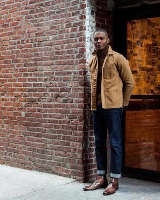 Wie kombinieren: beige Jacke mit einer Kentkragen und Knöpfen, brauner Rollkragenpullover, dunkelblaue Jeans, braune Chukka-Stiefel aus Leder
