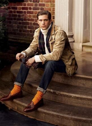 Wie kombinieren: beige Jacke mit einer Kentkragen und Knöpfen, hellbeige Rollkragenpullover, dunkelblaue Jeans, braune Leder Slipper mit Quasten