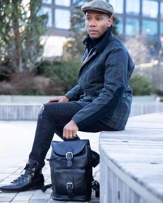 Schiebermütze kombinieren – 489 Herren Outfits: Eine dunkelblaue Jacke mit einer Kentkragen und Knöpfen und eine Schiebermütze sind eine großartige Outfit-Formel für Ihre Sammlung. Fühlen Sie sich mutig? Komplettieren Sie Ihr Outfit mit einer schwarzen Lederfreizeitstiefeln.